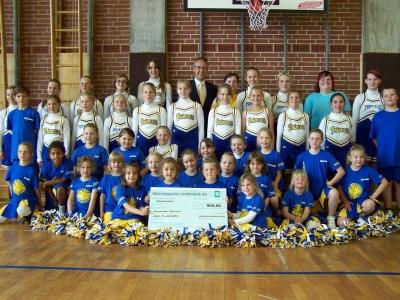 Bild 0 von Cheerleader-Gruppe erhielt Spende von der Reederei