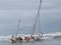 Bild 0 von Hamburger Segelyacht strandete vor Juist/Toter am Kalfamer