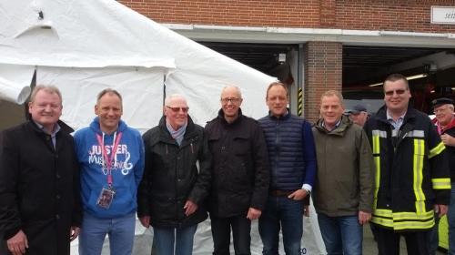 Bild 0 von Sponsoren von Sprungpolster und Einsatzzelt besuchten Feuerwehr