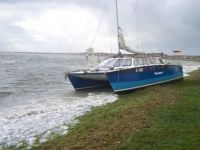 Bild 0 von Katamaran trieb beim Sturm auf den Hafendeich