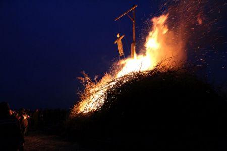 Bild 0 von Osterfeuer mit Startschwierigkeiten