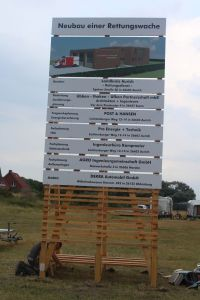 Bild 0 von Bauschild kündigt den Bau der Rettungswache an