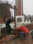 Bild 2 von Winterzeit ist Bauzeit: Kirchhofsmauer wurde von Frauen abgebaut