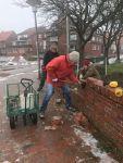 Bild 3 von Winterzeit ist Bauzeit: Kirchhofsmauer wurde von Frauen abgebaut