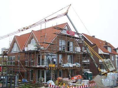 Bild 0 von Baukran stürzte um und blieb im Baugerüst hängen