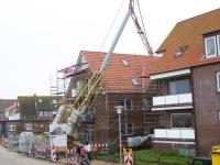 Bild 2 von Baukran stürzte um und blieb im Baugerüst hängen