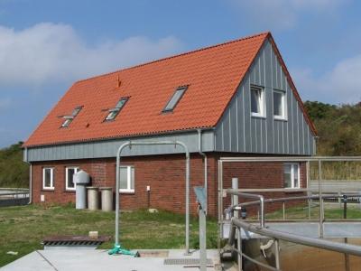Bild 0 von Betriebsgebäude der Kläranlage bekam ein Spitzdach